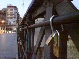 candados puente viejo1 300x225 Candados de Amor en el Puente Viejo