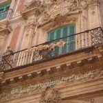 Un castillo invertido y en ruinas en el escudo del Palacio Episcopal de Murcia