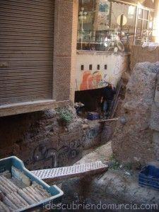 Muralla Arabe Murcia Anticuario calle Sagasta 225x300 La Muralla Medieval de Murcia, partida por la mitad